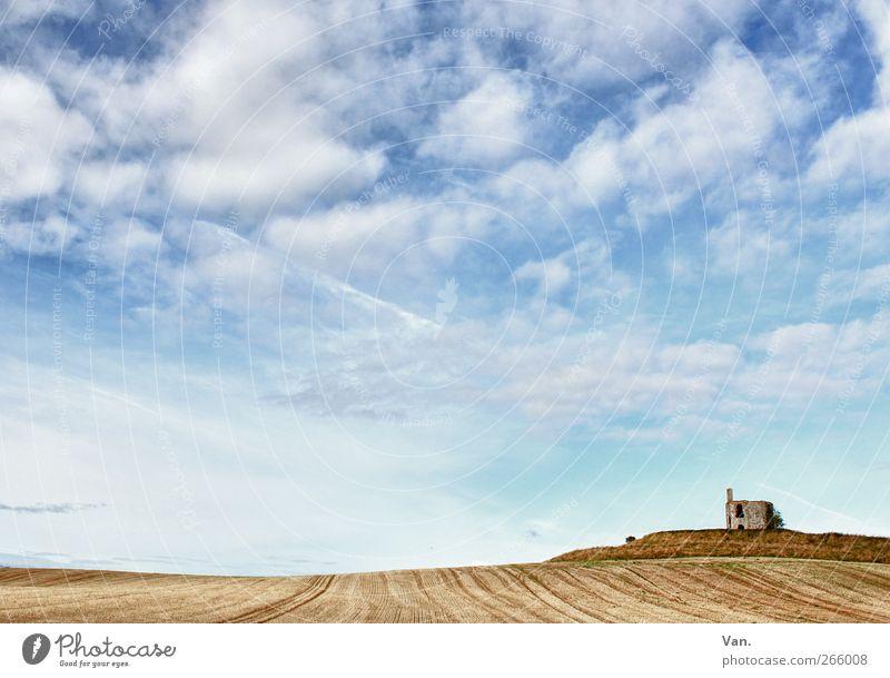 Das ist ein weites Feld... Natur Landschaft Erde Luft Himmel Wolken Schönes Wetter Hügel Ruine Stein blau braun Freiheit Ferne Einsamkeit einzeln Farbfoto