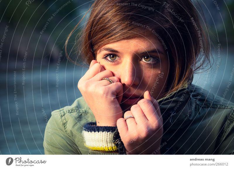 Kalt feminin Junge Frau Jugendliche Kopf Hand 18-30 Jahre Erwachsene Jacke brünett beobachten frieren Blick Traurigkeit warten schön achtsam Wachsamkeit Neugier
