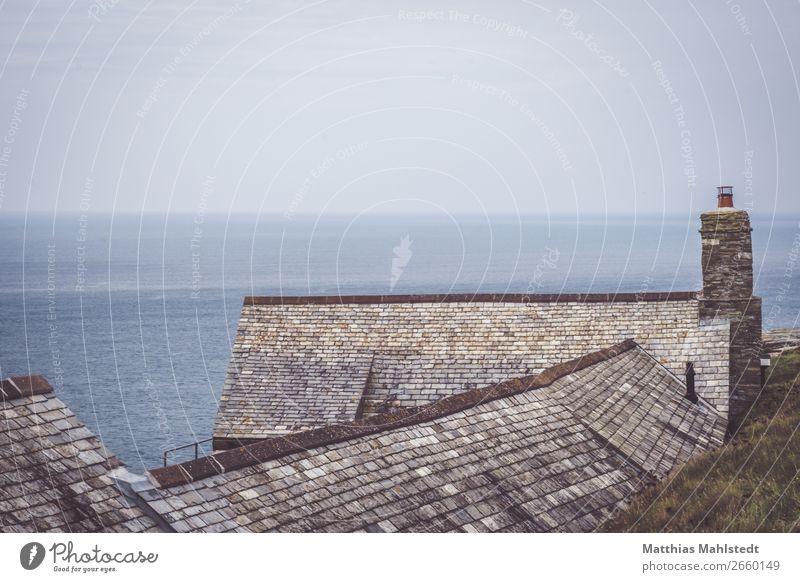 Häuser an der Küste bei Tintagel in England Umwelt Natur Landschaft Urelemente Wasser Himmel Horizont Sommer Meer Fischerdorf Menschenleer Haus Dach Schornstein