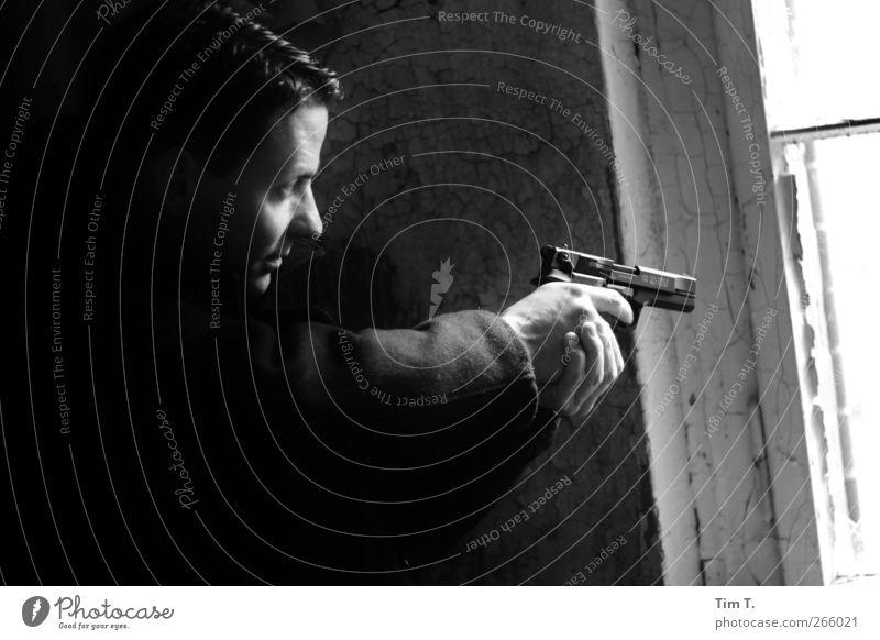 Tatort Beruf Arbeitsplatz Mensch maskulin Mann Erwachsene Gesicht Hand 1 30-45 Jahre Kugel Angst Sicherheit P88 Pistole Schußwaffen 110 Schwarzweißfoto
