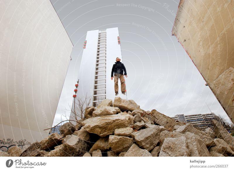basejump Mensch Mann Erwachsene Wand Berlin springen Körper maskulin Hochhaus Baustelle sportlich Plattenbau Bauschutt