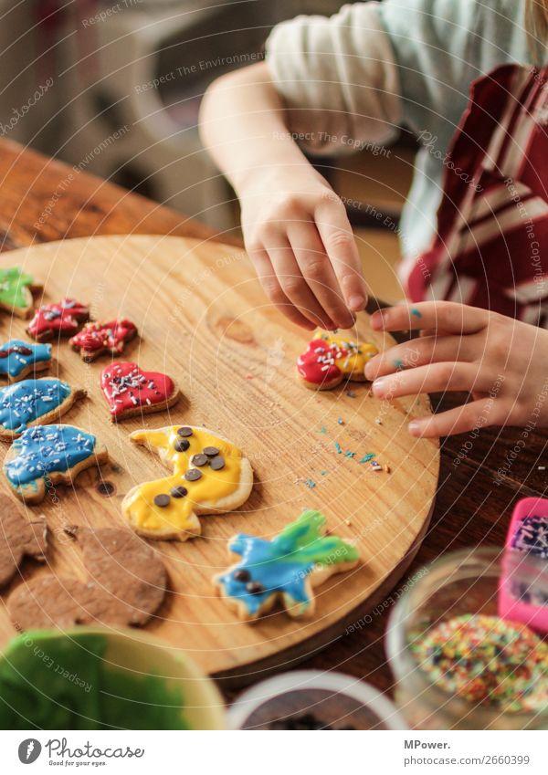 weihnachtsbäckerin Mensch Kind 1 Arbeit & Erwerbstätigkeit backen Keks Weihnachten & Advent Weihnachtsgebäck lecker Tradition Handarbeit Kindheit Liebe Teller
