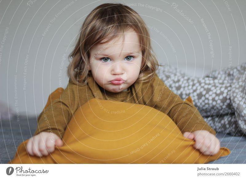 Mädchen quatsch Kissen Bett Schlafzimmer feminin Kleinkind 1 Mensch 1-3 Jahre Pullover brünett blond kurzhaarig Locken liegen Blick toben frech gelb grau
