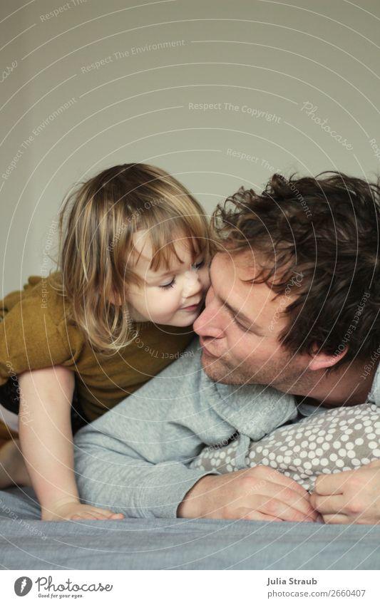 kleines Mädchen gibt ihrem Papa ein Kussi Haus Bett Schlafzimmer maskulin feminin Mann Erwachsene Vater Familie & Verwandtschaft Kindheit Leben 2 Mensch