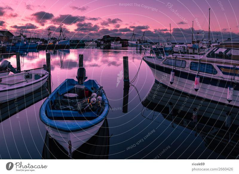 Blick auf den Hafen von Klintholm Havn in Dänemark Ferien & Urlaub & Reisen Natur blau Wasser rot Haus Wolken Architektur Küste Tourismus Wasserfahrzeug Idylle
