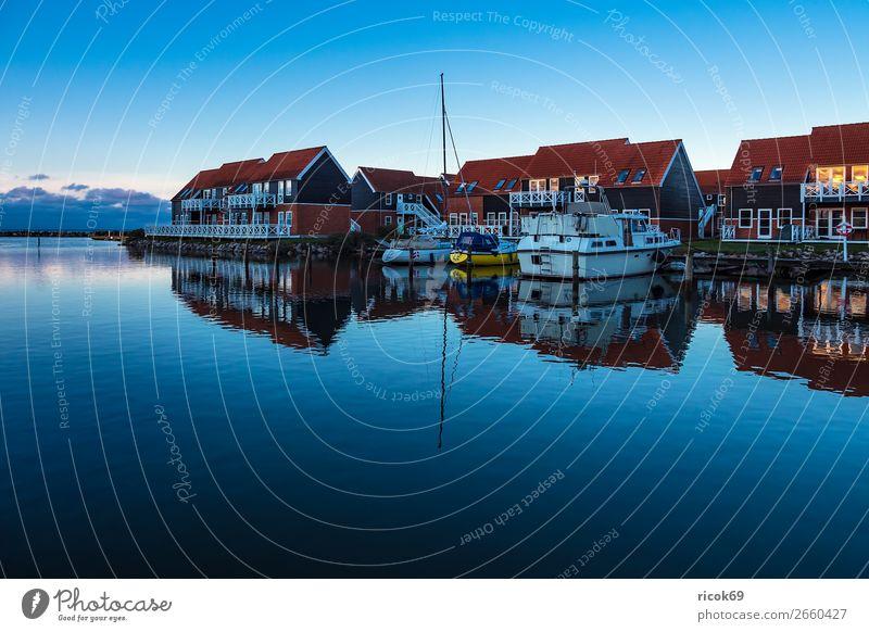 Blick auf den Hafen von Klintholm Havn in Dänemark Ferien & Urlaub & Reisen Natur blau Wasser Haus Wolken Architektur Küste Gebäude Tourismus Wasserfahrzeug