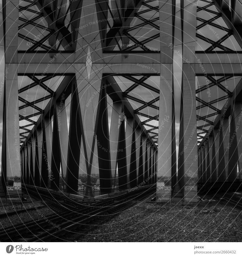 Hinterm Auge Brücke Stahl eckig groß grau schwarz weiß Kunst Schwarzweißfoto Außenaufnahme abstrakt Muster Menschenleer Tag Kontrast