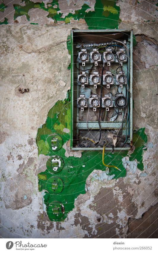 defekt! alt Farbe Wand Mauer Metall dreckig Energiewirtschaft Energie Elektrizität kaputt Kabel Technik & Technologie Vergänglichkeit Kunststoff Vergangenheit Verfall
