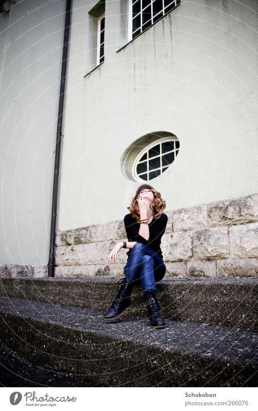 ain't no sunshine... feminin 1 Mensch 18-30 Jahre Jugendliche Erwachsene Mauer Wand Treppe Fenster Bekleidung Stiefel Mütze Stein Beton Blick sitzen warten