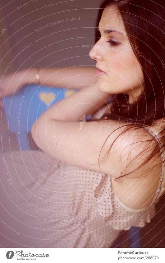 Brunette beauty V. feminin Junge Frau Jugendliche Erwachsene 1 Mensch 18-30 Jahre ästhetisch attraktiv schön Kleid gepunktet beige brünett sitzen langhaarig