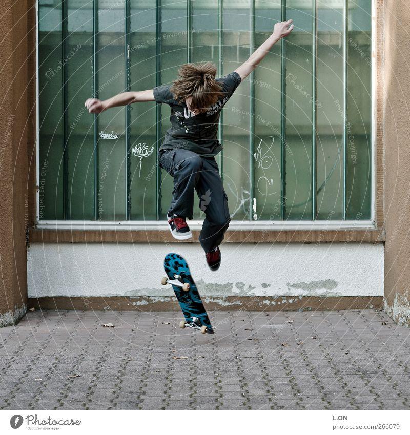 jump Mensch Jugendliche springen Junger Mann Freizeit & Hobby maskulin Coolness 13-18 Jahre T-Shirt Jeanshose Skateboarding sportlich brünett Turnschuh