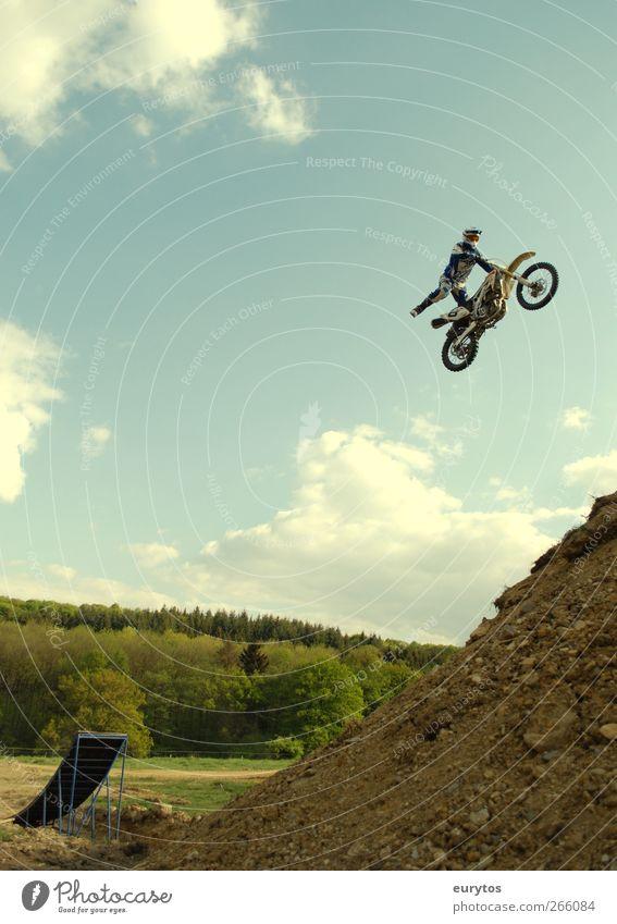 Flying Mike Sport Motorsport Mensch Gefühle Motorradsportler Motocross-Fahrer springen fliegen Stuntman Farbfoto Außenaufnahme 1 Rampe gefährlich Mut