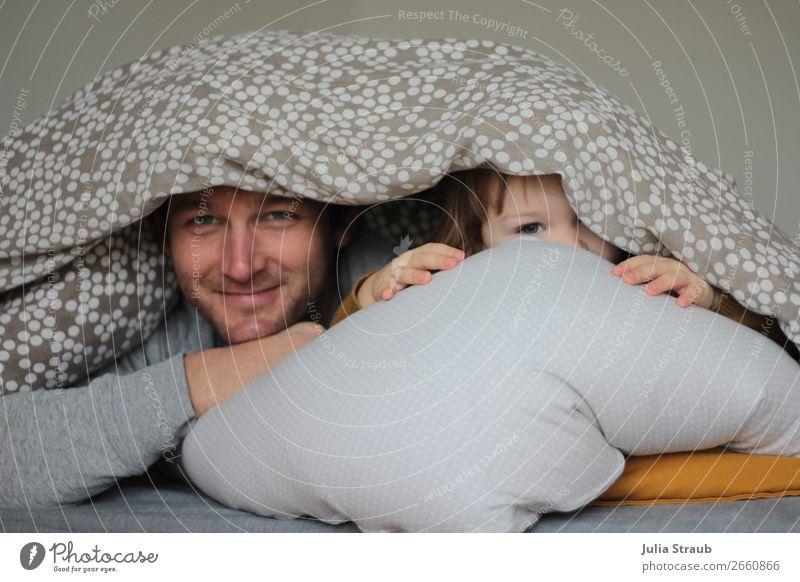 Guten Morgen Vater Kind Decke Mensch Mann weiß Freude Mädchen Erwachsene Leben Wärme lustig feminin Familie & Verwandtschaft Glück grau Zufriedenheit maskulin