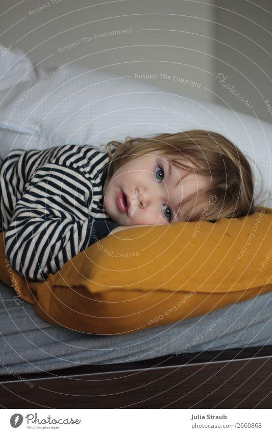 Mädchen müde krank Bett Kissen Mensch weiß ruhig Gesundheit gelb feminin liegen blond Kindheit niedlich schlafen Schutz T-Shirt Kleinkind