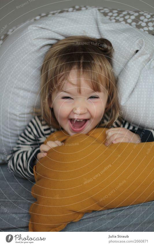 Bettdecke verstecken Kleinkind Spass feminin Mädchen 1 Mensch 1-3 Jahre T-Shirt gestreift brünett blond Pony lachen schreien toben Fröhlichkeit lustig gelb grau