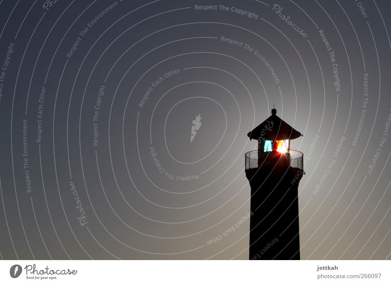 Leuchtturm in der Dämmerung, durch die Sonne entsteht der Eindruck eines Leuchtens Bauwerk Sicherheit Schutz Beleuchtung wegweisend Turm Seezeichen strahlend