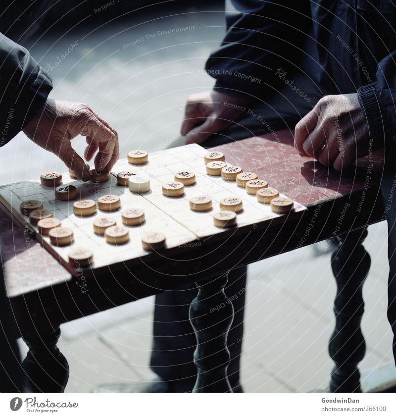 Matt? Mensch maskulin Männlicher Senior Mann Hand 2 60 und älter Geländer Denken sitzen Spielen warten authentisch einfach Stimmung Farbfoto Außenaufnahme Tag