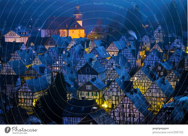 Zeitreise Haus Dorf Dach Sehenswürdigkeit historisch blau gelb Außenaufnahme Menschenleer Abend Dämmerung Licht Silhouette Reflexion & Spiegelung