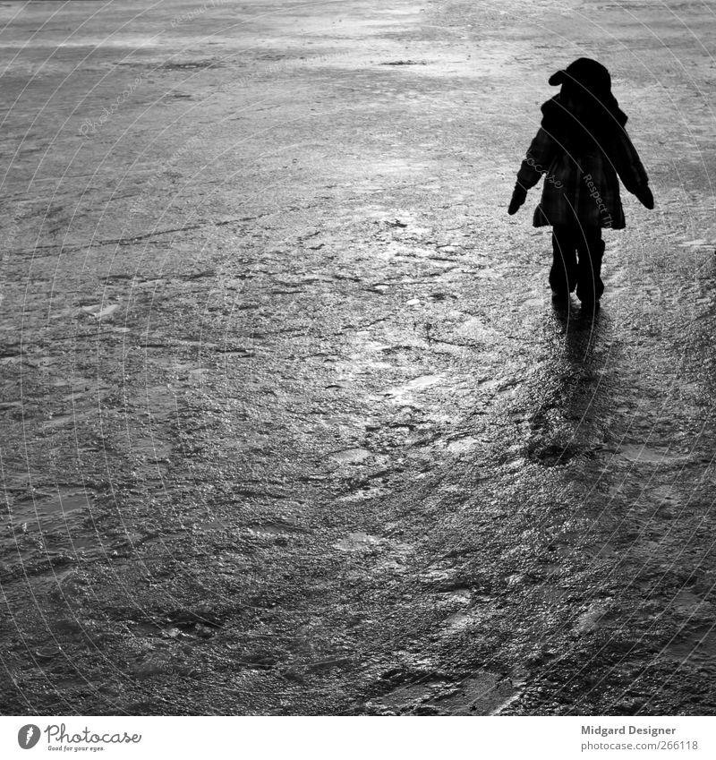 Allein Mensch Kind Mädchen Winter kalt Eis Stimmung Kindheit stehen Jacke Quadrat anonym 3-8 Jahre Schatten
