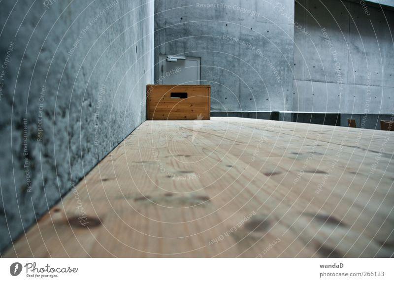 ________________ Mauer Wand Beton Holz ästhetisch eckig blau braun grau schwarz Perspektive Kiste Raum Tür 1 trist Holzkiste Holzfußboden Farbfoto Innenaufnahme