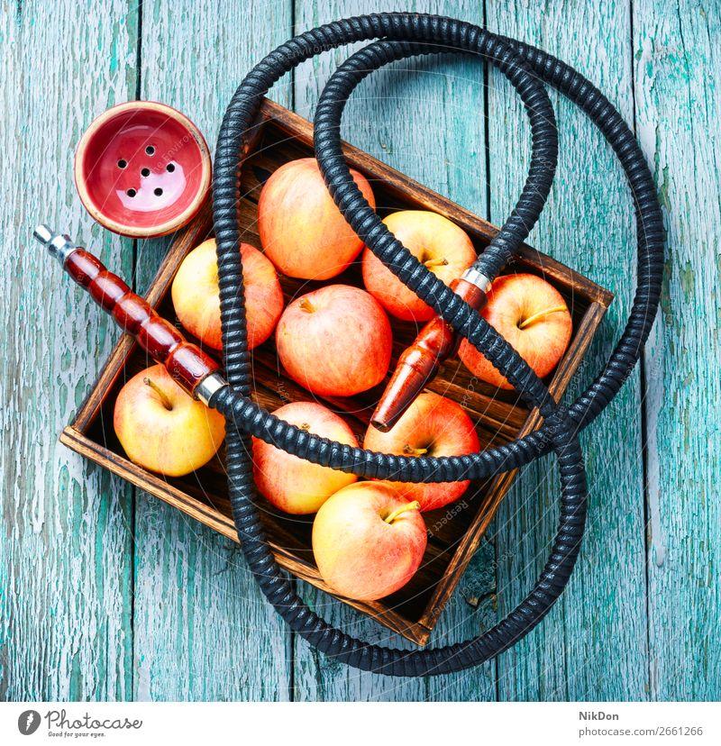 Wasserpfeife mit Apfel zur Entspannung Wasserpfeifenrauch Tabak Rauchen shisha Shisha rauchen Frucht Mundstück Vergnügen Erholung Wasserpfeifen-Lounge arabisch