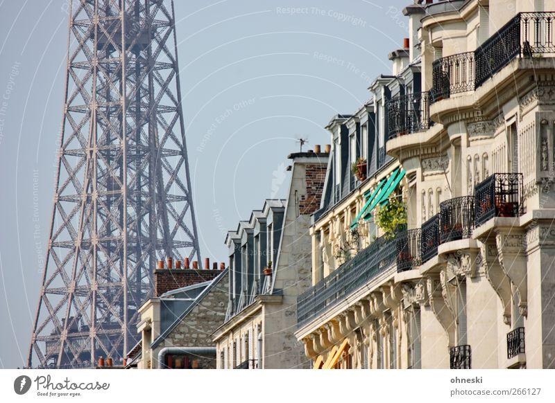 Aussichten Paris Bauwerk Gebäude Architektur Fassade Balkon Fenster Sehenswürdigkeit Wahrzeichen Tour d'Eiffel Farbfoto Außenaufnahme Tag Sonnenlicht