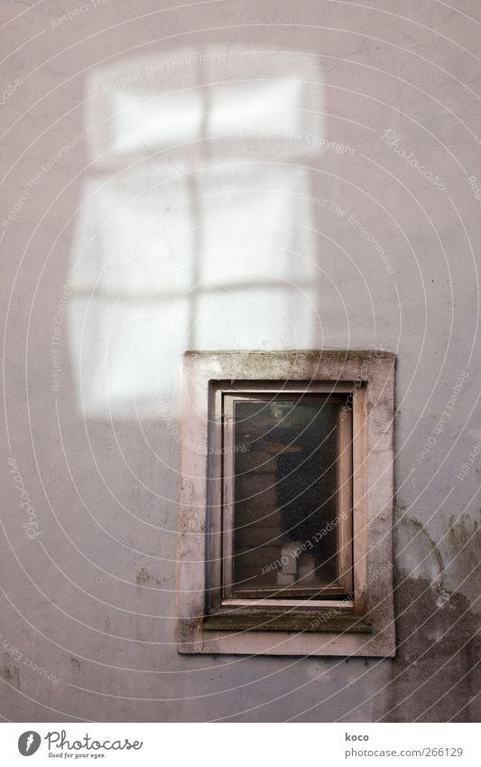 White Shadows alt weiß schwarz Fenster dunkel Wand Holz grau Stein Mauer Gebäude Linie hell braun Fassade dreckig