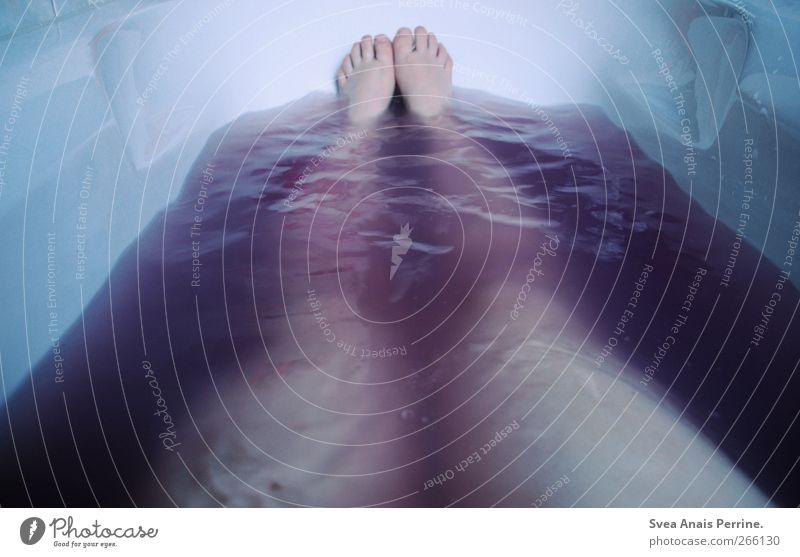 april essential. Mensch Jugendliche Wasser Erwachsene kalt feminin Beine Fuß Schwimmen & Baden Junge Frau liegen 18-30 Jahre Badewanne Badewasser