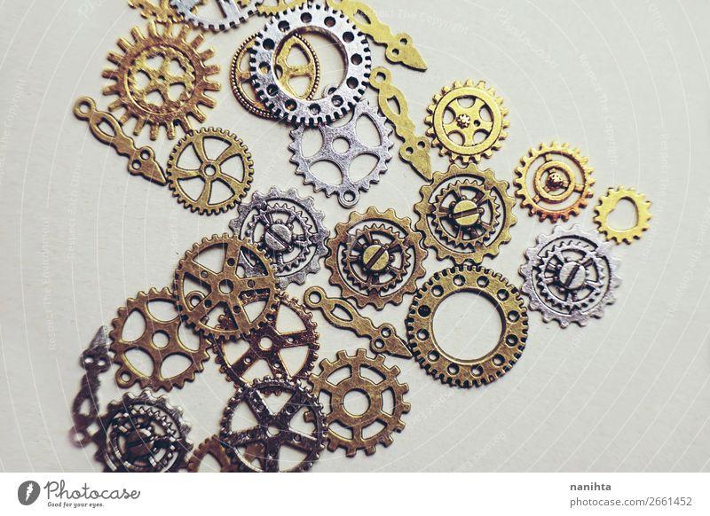 Ein Steampunk und antikes flaches Makro Design schön Metall Ornament Herz alt ästhetisch einfach historisch klein retro braun gold silber Kreativität Rätsel