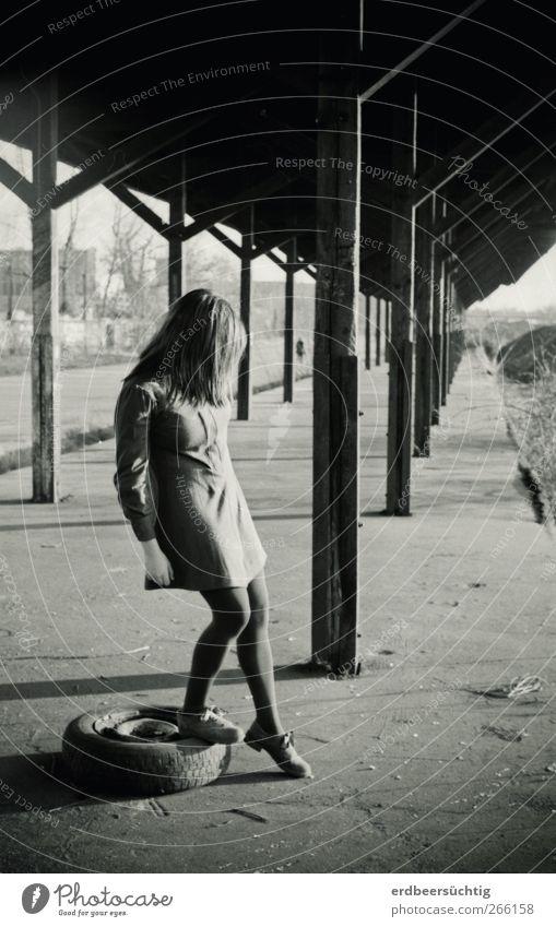 keep on waiting Jugendliche alt Stadt ruhig Umwelt Haare & Frisuren Körper gehen warten Beton Junge Frau stehen Dach Vergänglichkeit Kleid Bauwerk