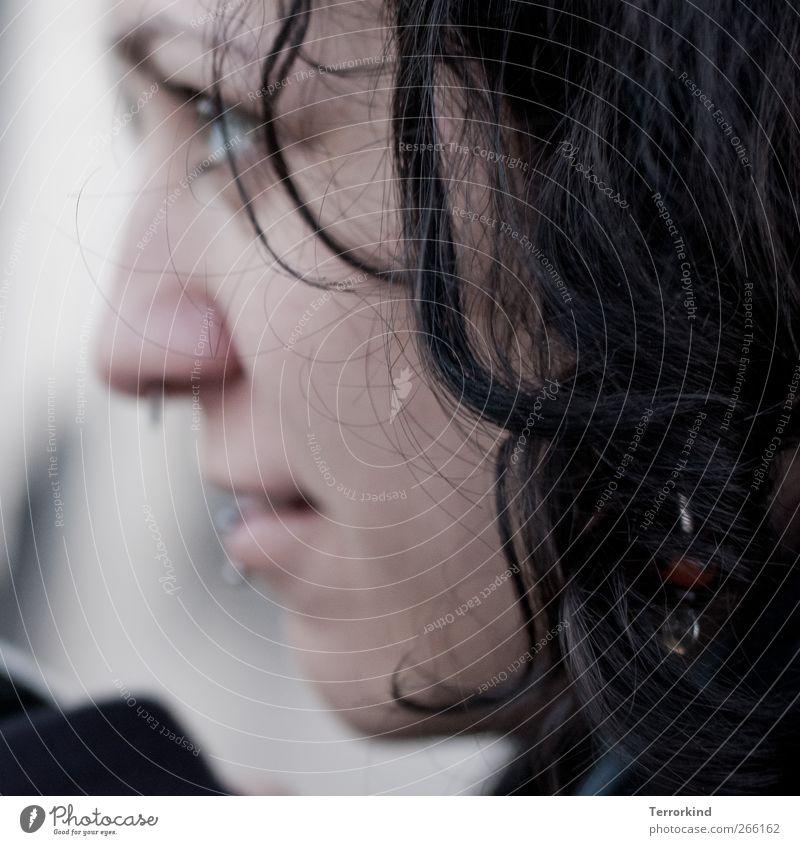 nein.sie.sind.wunderschön. Frau Haare & Frisuren schwarz dunkel braun gelockt lockig Locken wellig Konzentration Piercing Auge Lippen Mund Gesicht vertiefen
