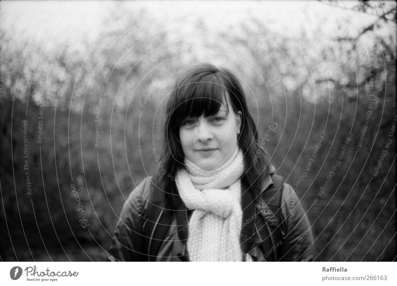 versteckte welt I feminin Junge Frau Jugendliche Haare & Frisuren Gesicht 1 Mensch 18-30 Jahre Erwachsene Natur Landschaft Pflanze Sträucher Dorn Jacke Schal