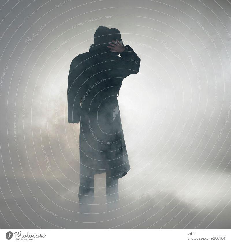 Woman wearing trench coat and standing in fog exotisch Mensch Nebel Mantel Hut Rauch beobachten stehen warten einfach Vorfreude Vertrauen Gelassenheit