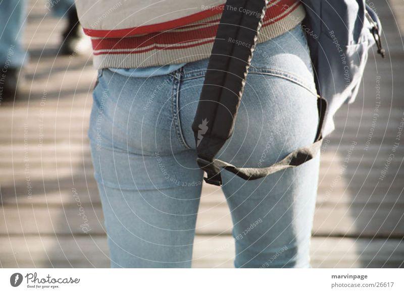 Hinter einer Frau Mensch Straße gehen rückwärts Rucksack