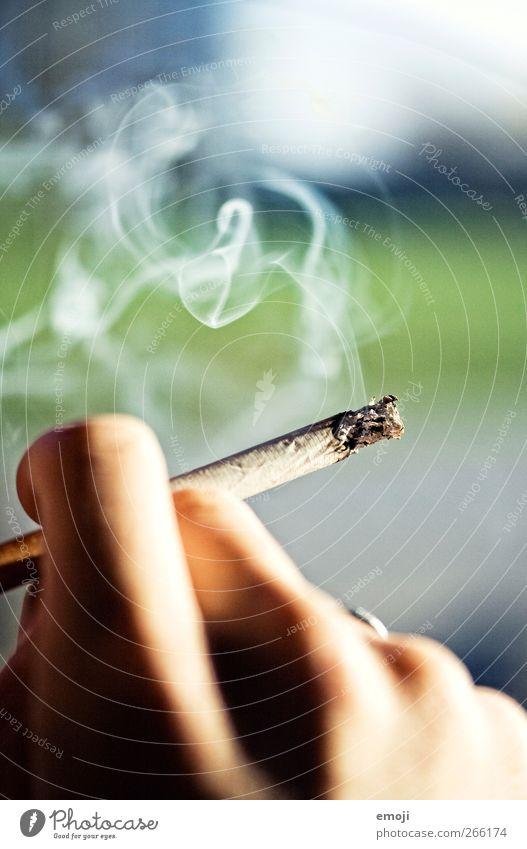 la drogue Lifestyle Rauchen ungesund Zigarette Zigarettenrauch Zigarettenasche Hand Finger Wärme Farbfoto Außenaufnahme Nahaufnahme Detailaufnahme Makroaufnahme
