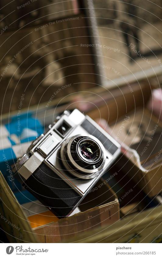 Seinerzeit Fotokamera alt historisch retro braun Kreativität analog Fotografie Farbfoto Innenaufnahme Schwache Tiefenschärfe