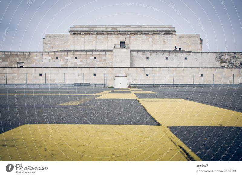 Abstand Ruine Fassade Denkmal Straße historisch Stadt gelb grau Beginn Symmetrie Vergangenheit Nürnberg zeppelinfeld Rennbahn Tribüne Ziellinie leer