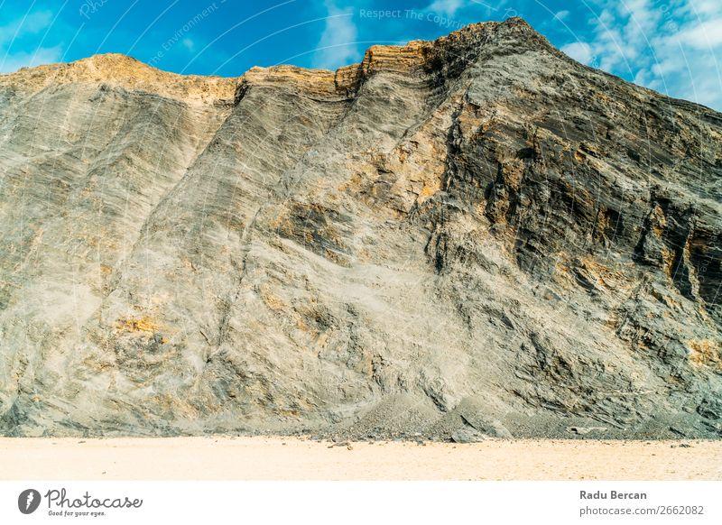 Raue Hochgebirge in Portugal abstrakt Architektur Kulisse Hintergrundbild schwarz Steinblock Umhang Zement Klippe Nahaufnahme Beton Riss Design Detailaufnahme