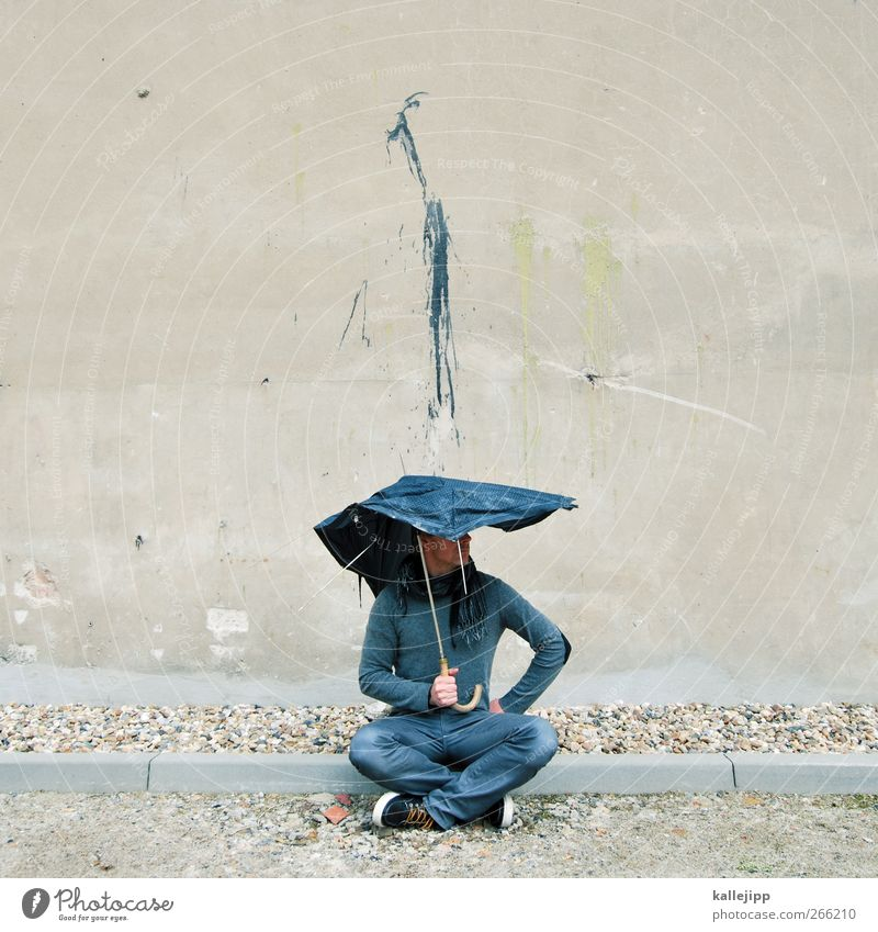 shitstorm Mensch Mann Erwachsene Graffiti Wand Farbstoff Mauer Kunst Regen dreckig maskulin Schutz Jeanshose Regenschirm Turnschuh Pullover