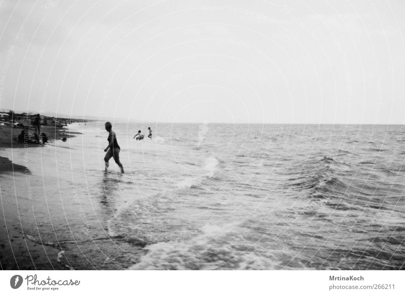 daydream. Mensch feminin Frau Erwachsene Weiblicher Senior Großmutter 1 Menschenmenge 45-60 Jahre Natur Wasser Wellen Küste Strand Meer Zufriedenheit