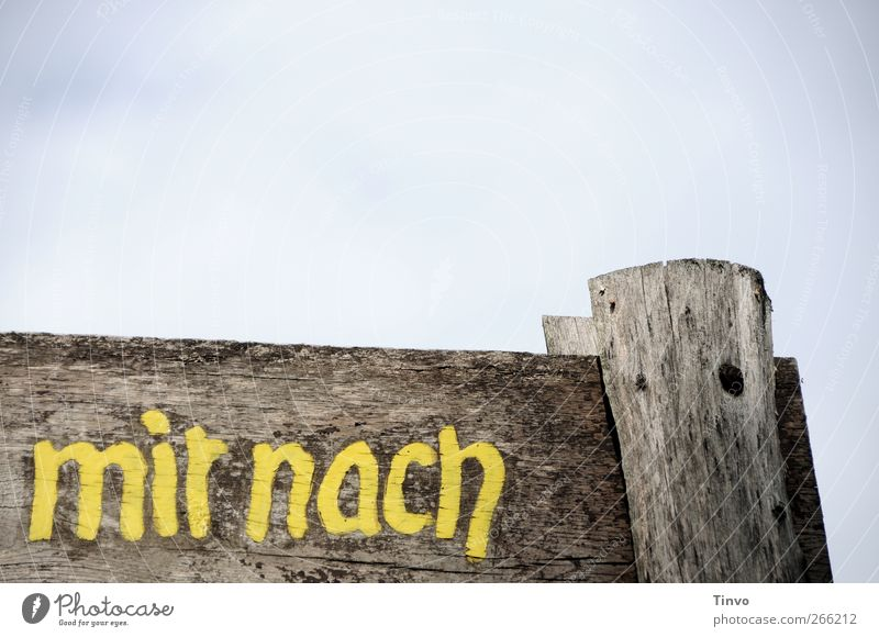 """Holzschild mit Aufschrift """"mir nach"""" Himmel Schriftzeichen Hinweisschild Warnschild alt blau braun gelb grau verwittert Schilder & Markierungen Wort Farbfoto"""