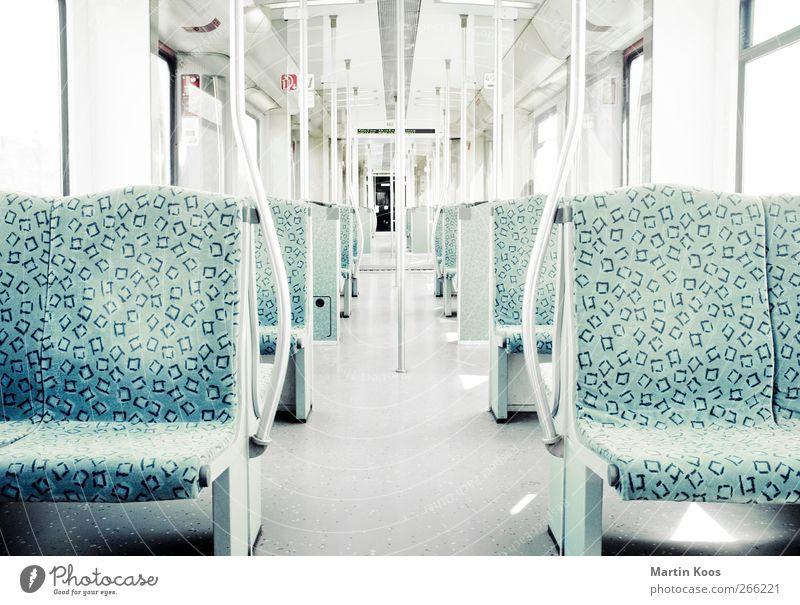 Fahren pt.iii Verkehr Öffentlicher Personennahverkehr Bahnfahren S-Bahn Raum Sitzgelegenheit Sitzgarnitur sitzen stehen ästhetisch hell kalt Sauberkeit