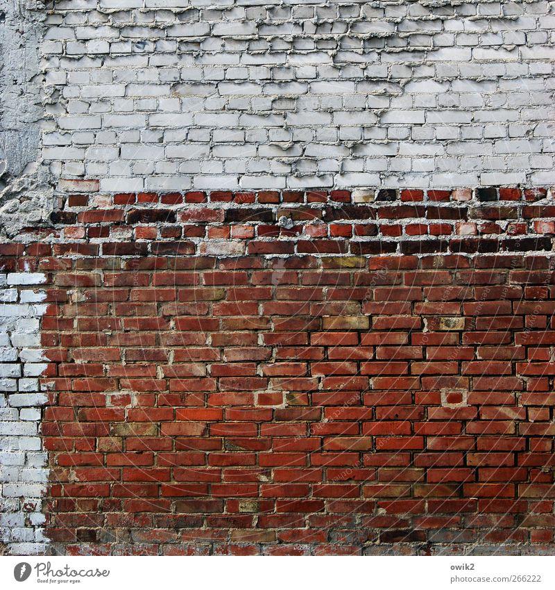 Niemand hatte die Absicht alt blau weiß rot Farbe schwarz Wand Architektur grau Stein Mauer Gebäude Zufriedenheit Fassade hoch ästhetisch