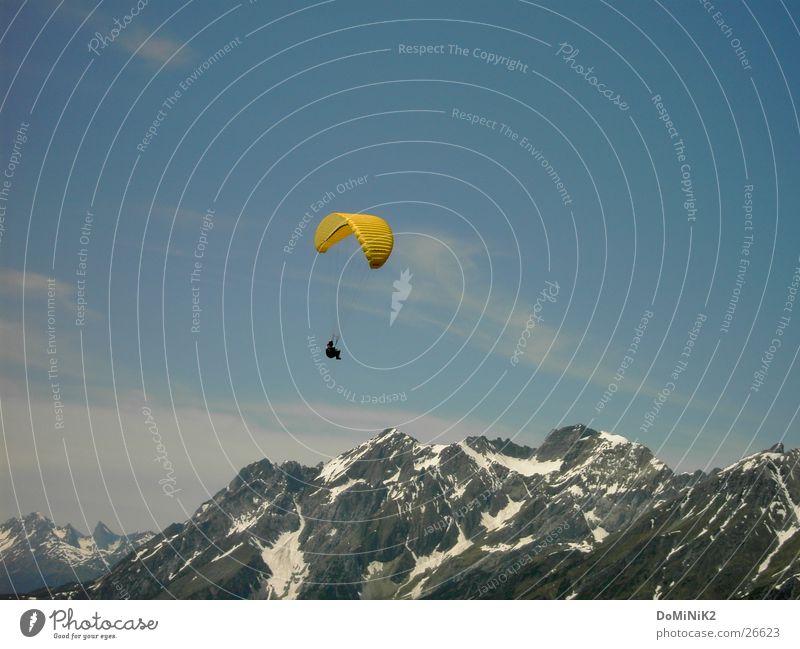 Freiheit Luft träumen Gleitschirmfliegen Berge u. Gebirge Gipfel Wolken gelb Schnee Sport Freude Paragleiter Mensch High in the sky Himmel