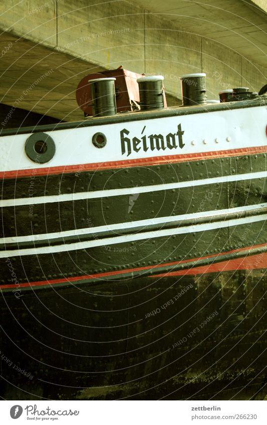 Heimat Verkehr Verkehrsmittel Schifffahrt Binnenschifffahrt Bootsfahrt alt Wasserfahrzeug Streifen Poller Eisen Hafen Brücke Farbfoto Gedeckte Farben