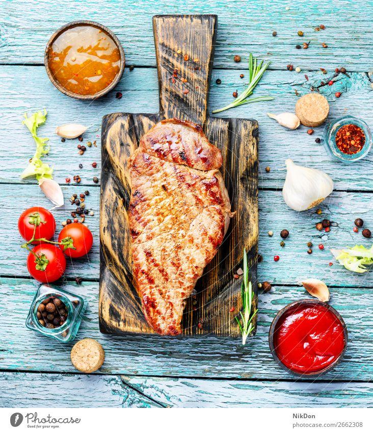 Lendenbraten-Rindersteak Rindfleisch Steak Fleisch Lebensmittel gegrillt Saucen Ketchup Rosmarin Barbecue gebraten Beefsteak Grillrost Lendenstück Pfeffererbsen