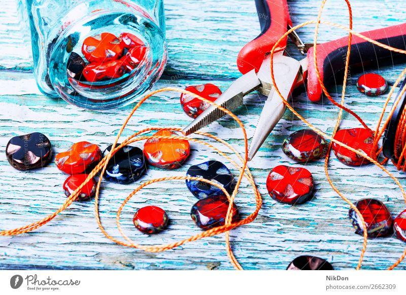 Herstellung von Halsketten aus Glasperlen. Wulst Dekoration & Verzierung Handwerk handgefertigt Accessoire Sicken Mode farbenfroh Tschechisches Glas Design
