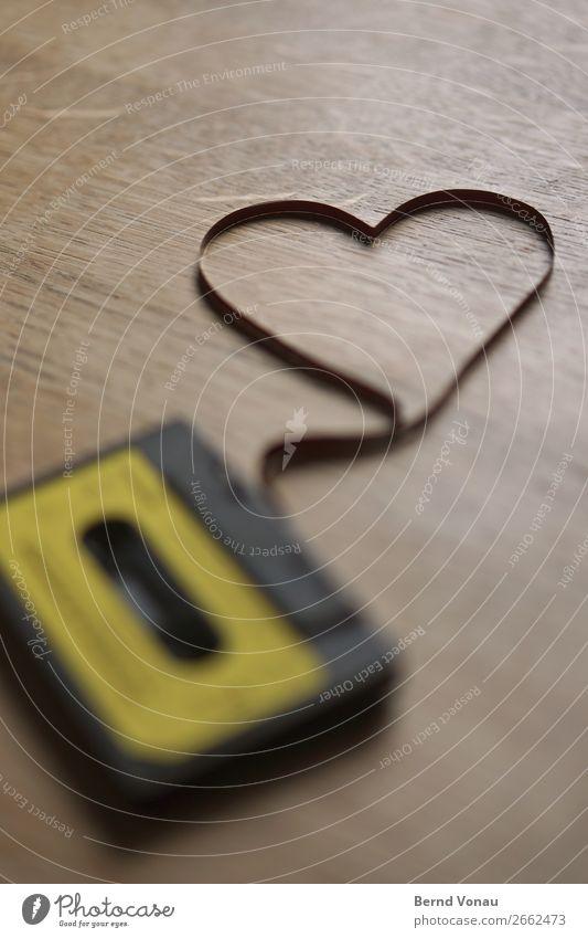 oldspul Technik & Technologie Unterhaltungselektronik old-school Musikkassette Herz braun Eiche Tisch gelb veraltet magnetisch Tonbandgerät Liebe zart