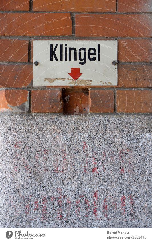 tonlos Industrieanlage Mauer Wand alt Klingel altehrwürdig Glocke kaputt Eingang Halle Warennannahme Lieferverkehr ziegelrot Backstein grau
