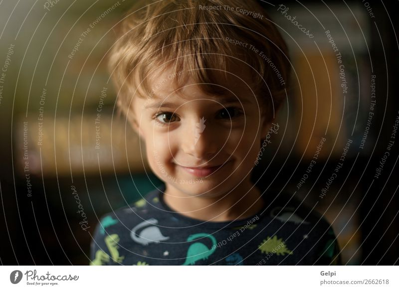 Porträt eines lustigen Kindes zu Hause lächelnd Freude Glück schön Gesicht Spielen Baby Junge Kindheit blond Lächeln lachen Fröhlichkeit klein niedlich weiß